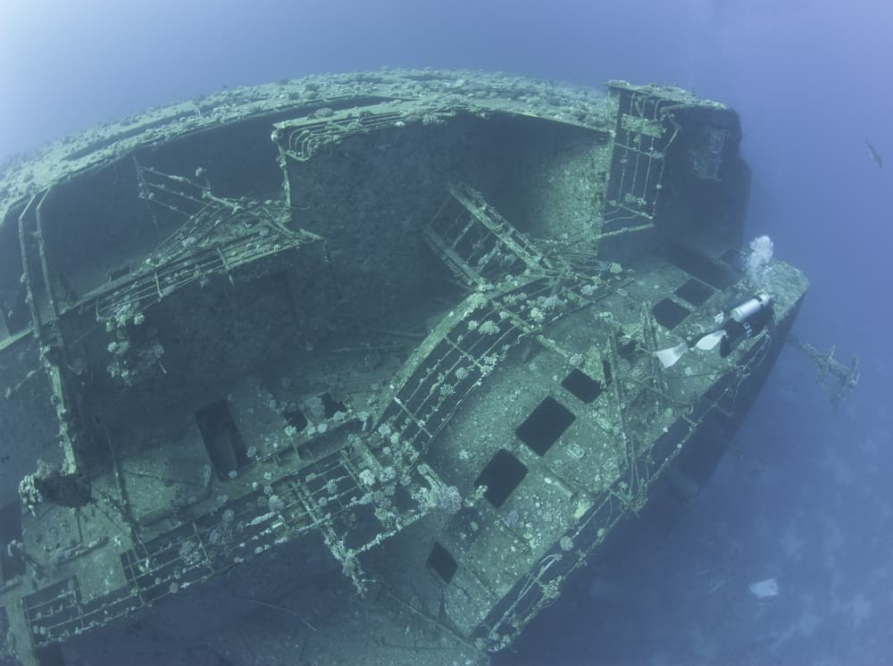 Safe wreck diving to minimize risks and dangers