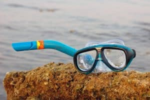 how do snorkels work underwater - Taking a breath of air when snorkeling