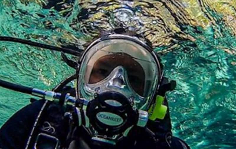 Diving with a mask that integrates the lenses and regulator into one